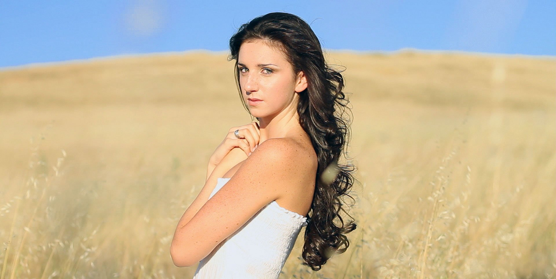 Promotional-Video-Thumbnail-of-Clinique-Happy actress in golden pasture field